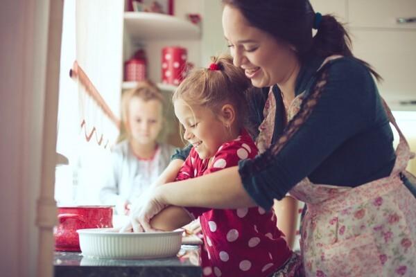 mãe e filhos cozinhando